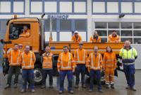 Bauhofteam 2020 vor dem Bauhogebäude und dem LKW